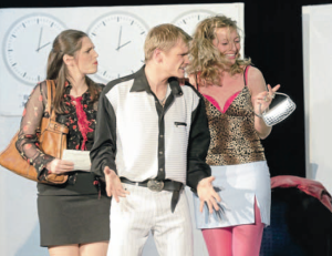 Das Theater Fanferlüsch hatte Premiere im Roten Saal des Schlosses. Von links: Nicole Holzhauser, Christian Löchte, Bettine Telepszki (Foto: Peter Sierigk)