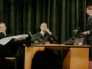 Nazis im Herzen oder Kriegsverlierer in Uniform? Kommissar von Amwege (Carsten Schrödter, Mitte) und sein Team Rolf Beilke (Nikolai Radke) und Erika Kessler (Daniela Willke). (Foto: Peter Sierigk)