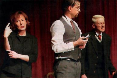 Gebärdendolmetscherin Cornelia Berge Hänel (l.) übersetzt eine Aufführung des Theaters Fanferlüsch. (Foto: Susanne Hübner)